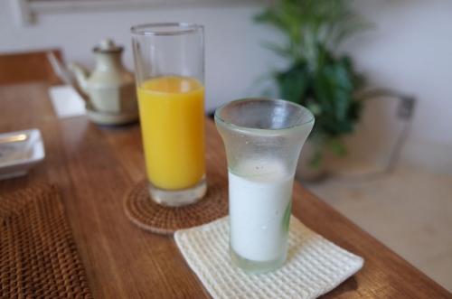 オレンジジュースとミルク