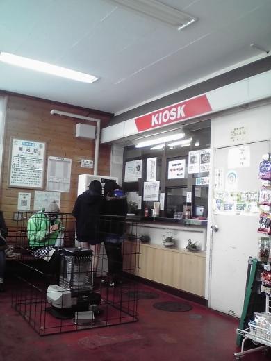 温かい待合室には駅そばのお店が