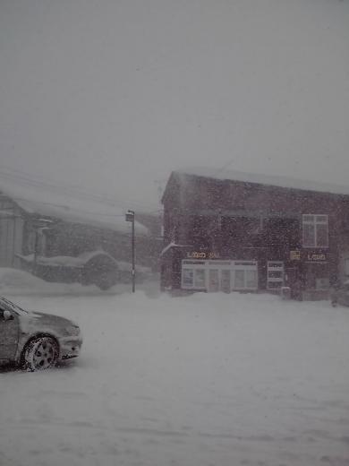 雪に埋もれた駅前