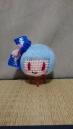 紐部分とリボンの色違うのに気が付きました? この子のために紐用の青い毛糸を買いました