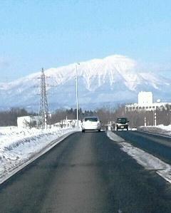岩手山と道路