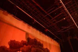 舞台の上の竹で組まれた天井