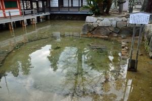 鏡の池と卒塔婆石