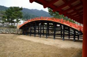 反橋(そりばし)