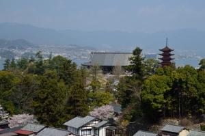 もみじ歩道から見た五重塔と豊国神社