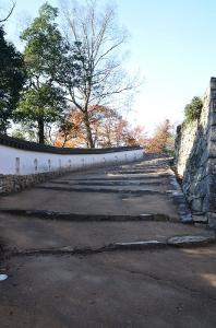 三の平矢倉東土塀と天守閣への道