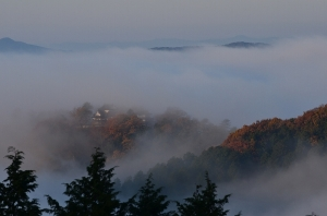 霧に包まれた備中松山城