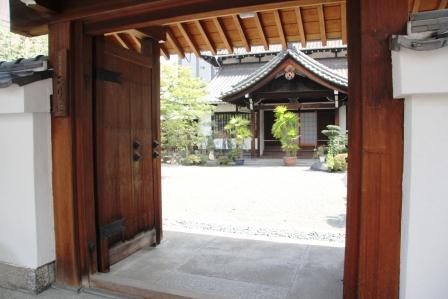 正行院の山門から_H26.07.15撮影