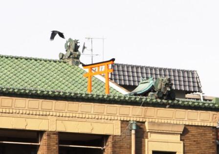先斗町歌舞練場屋上の鳥居と鬼瓦_H26.12.06撮影