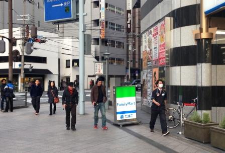 京都駅前のファミリーマート前_H26.12.07撮影