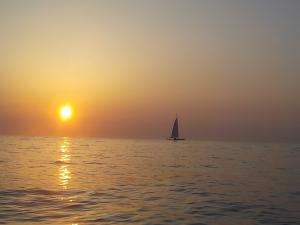 DSCN0645 - 日の出とヨット