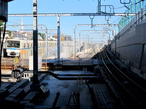 東北沢駅のホーム端から地上出口を見る