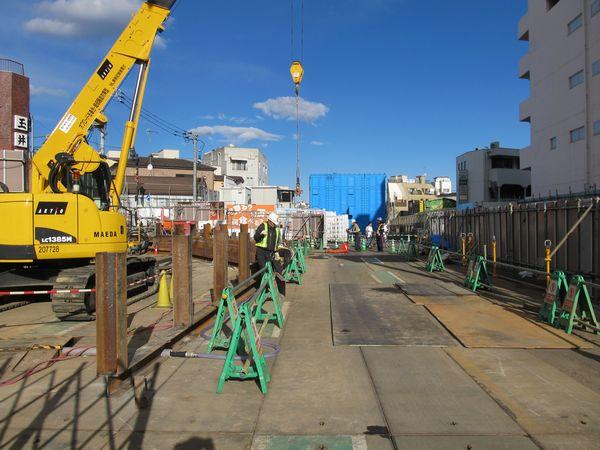 新宿寄りの旧東北沢6号踏切付近で行われている緩行線のトンネル建設工事。