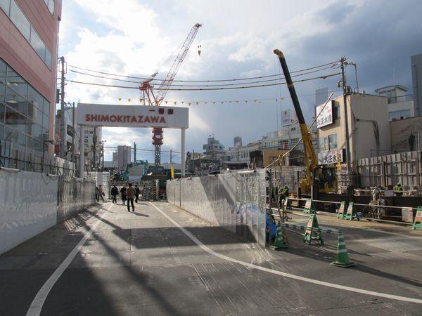 同じ場所から駅本体側を見たところ。下北沢一番街の門が移設されている。
