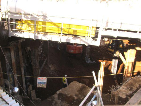 井の頭線の下で行われている旧橋台の解体と新橋脚の構築作業