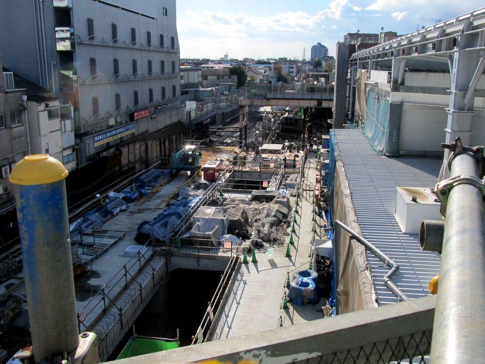 下北沢駅構内でのトンネル掘削。