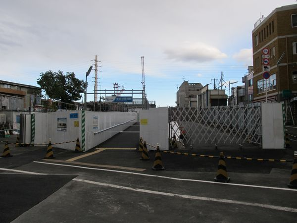 旧世田谷代田1号踏切から世田谷代田駅を見る。地上の線路跡に駅入口の通路が移設された。