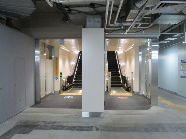 本設エスカレータを地下2階側から見たところ。トンネルの左右中心に設置されている。