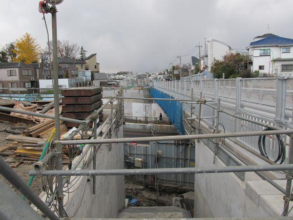 環状7号線を跨いでいた鉄道橋は撤去が完了し、新たに道路橋が架けられた。