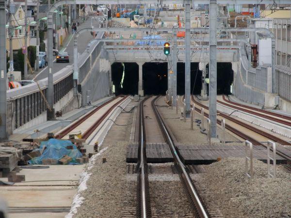 梅ヶ丘→世田谷代田の上り列車の前面展望。急行線両側で緩行線の軌道敷設が進む。