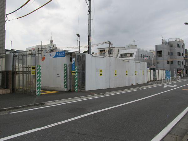 東口は都道鮫洲大山線から離れており、細い仮設通路で接続されている。中央やや左がその入口。