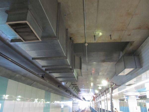 地下ホームでは緩行線の天井に仮設されていた空調ダクトの撤去が始まった。