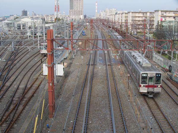 栗六陸橋から仮線移設区間を見る。4本全てが右(東)側に移設されている。また、左側の日比谷線の車両基地も本線に接する1本が使用停止となっている。