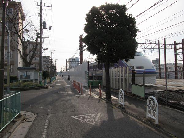 仮線移設区間の終端付近。区道を竹の塚第二団地側にセットバックさせ、仮線用地を捻出した