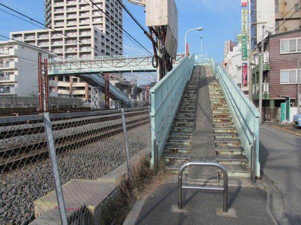 竹ノ塚駅手前にある線路横断用の歩道橋。12月2日より西側の階段が移設され、短縮された。