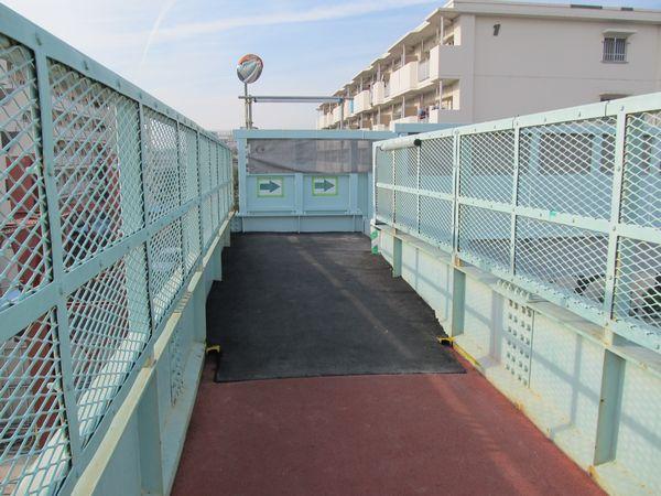 歩道橋西側の階段移設部分。