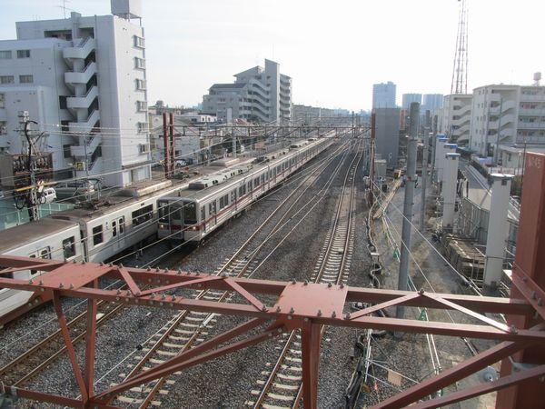 歩道橋から浅草方面を見る。この付近は一部鋼製の高架橋になる。