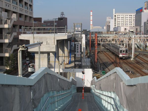 歩道橋から春日部方面を見る。手前が移設された新しい階段。右奥が竹ノ塚駅。