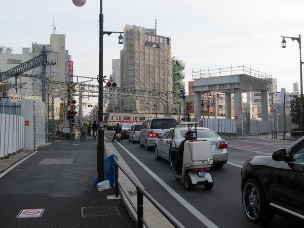 10年前に事故があった踏切付近でも高架橋の建設が本格化している。
