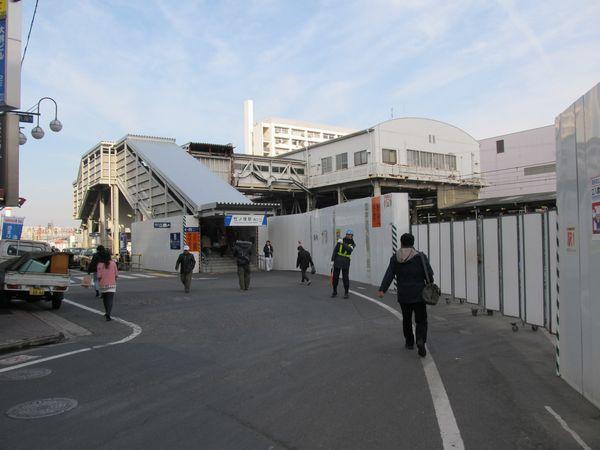 竹ノ塚駅西口。橋上駅舎が若干西側(手前側)に延長され、階段が移設された。