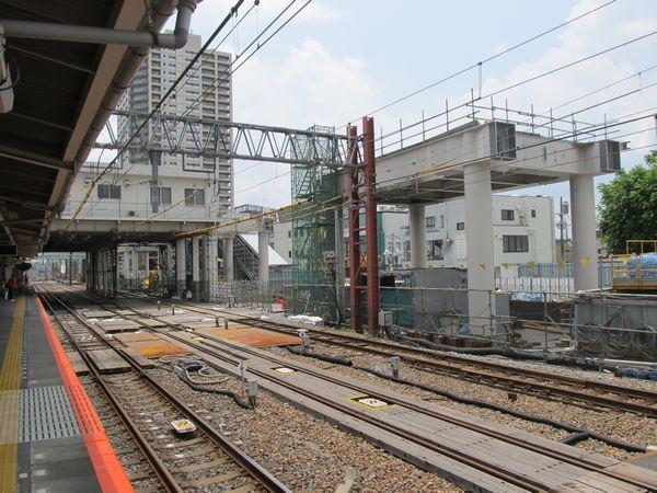 西口側で進む高架橋の建設。