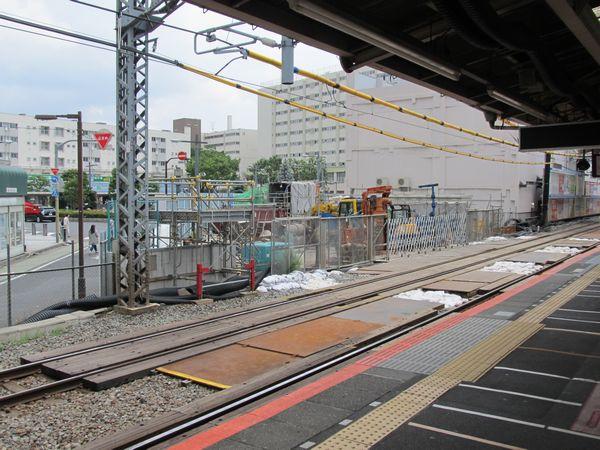 東口は駅舎の北半分が取り壊され、仮設地下駅舎の建設準備が進む。