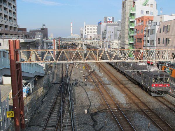 春日部方面を見た別角度の写真。左下の入出庫線と下り急行線の交差部分は単純な交差に改められた。