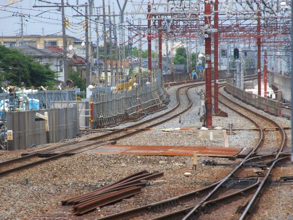 仮線に切り替えられた下り急行線。奥では旧軌道の撤去が続く。