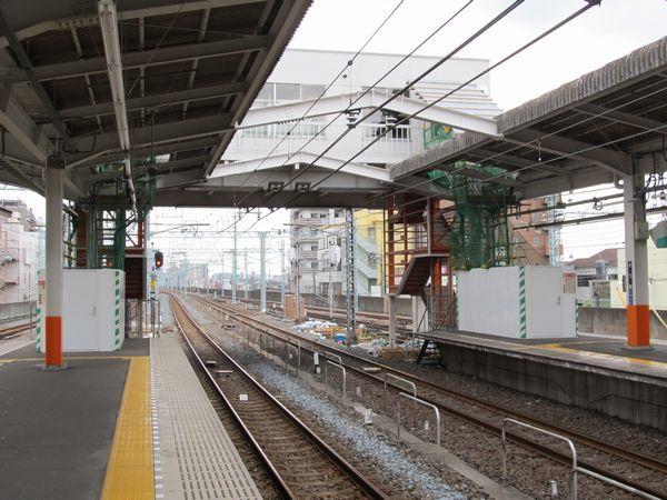 草加駅浅草寄りで行われている乗務員詰所の改修とホーム延長工事。