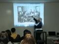 「モスクワ芸術座の人々と『かもめ』を読むチェーホフ」の写真を示す、堀江新二先生