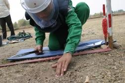 イギリスのNGO、MAG(当会からは資金協力を行っている)による地雷撤去
