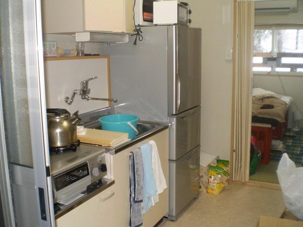 キッチンには冷蔵庫、電子レンジ