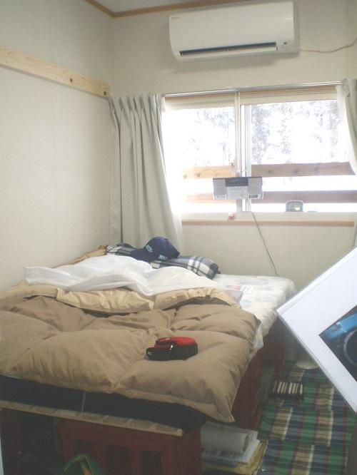 助け出したマットレス、すのこ、毛布、羽毛掛け布団を使って、プラケースを使ってベッドを。冷暖エアコンが寒さから温めてくれる一部屋