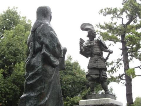 織田信長像と濃姫像02