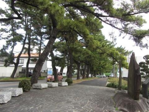 馬市之趾碑と松並木