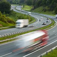 高速を走るトラック