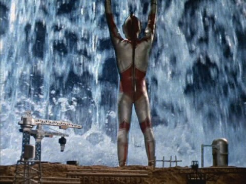 ウルトラバリヤーで津波を止め、押し返すウルトラマンジャック③