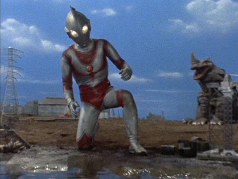 ウルトラバリヤーで体力を消耗し、膝をつくウルトラマンジャック