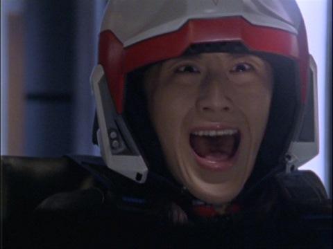 襲ってくるディプラスに絶叫するユミムラ・リョウ隊員(演:斉藤りさ)