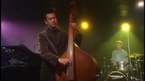 ベーシストの坂口理(演:野村宏伸)